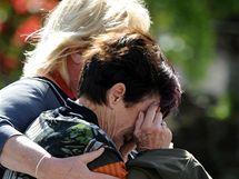 Příbuzní havířů novozélandského dolu poté, co se dozvěděli o druhé explozi (24. listopadu 2010)