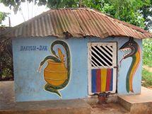 Svatostánek štěstí. Tento chrám ve starobylém městě Abomey je zasvěcen bohu štěstí.