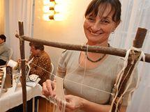 Blanka Mikolajková plete krajky při textilním odpoledni