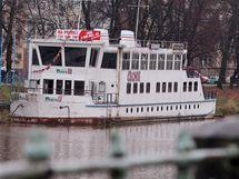 Chátrající loď Čechie na Labi v Hradci Králové