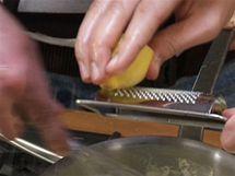 Do krému přidejte šťávu z půlky citrónu a nastrouhanou citrónovou kůru