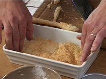 Uřízněte si plát těsta a vyložte s ním dno misky