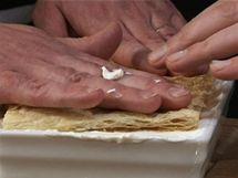 Vše přikryjte dalším plátem upečeného listového těsta