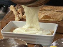 Na listové těsto nalijte vanilkový krém a rovnoměrně ho rozetřete