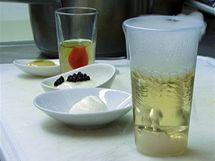 V molekulární kuchyni není nic tak, jak to vypadá. Kouřící drink je úplně studený a to, co se tváří jako vaječný bílek nebo citronový sorbet, je rajčatová pěna