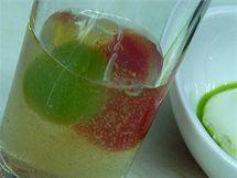 Tekutý zeleninový salát: čirá šťáva je z rajčete, zelená kulička z okurky a červená z papriky