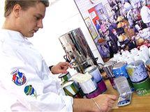 Jan Davídek, manažer Regionálního týmu Praha představuje nezbytné ingredince molekulární kuchyně. Používají stejné přípravky jako španělský šéfkuchař Ferran Adria, který molekulární kuchyni do pražské restaurace La Degustation přivezl