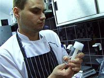 Díky speciálnímu patentovanému kelímku lze nápoje servírovat na suchém ledu. Efekt je neuvěřitelný - nápoj nejen bohatě probublává, ale i kouří, jako by se vařil