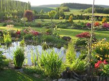Přes jezírko mají z této zahrady nádherný výhled do krajiny