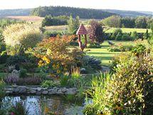 Majitelka se snaží zahradu osazovat tak, aby se ani po letech nezakryl krásný výhled do krajiny a na hrad Točník