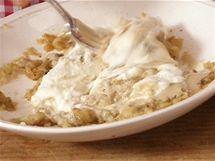 Přimíchejte dvě lžíce hustého řeckého jogurtu