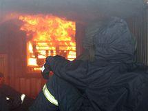 Trénink hasičů ve výcvikovém kontejneru ve Vysokém Mýtě