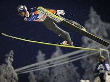 NA DRUHÉ MÍSTO. Rakouský skokan Thomas Morgenstern letí při úvodním závodu Světového poháru.