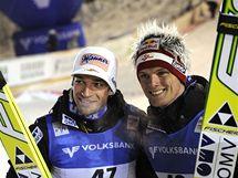 TI NEJLEPŠÍ. Andreas Kofler (vlevo) a Thomas Morgenstern se radují z prvního, respektive druhého místa na Světovém poháru v Kuusamu,