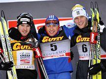 STUPNĚ VÍTĚZŮ. Dario Cologna (zleva), Alexander Legkov, Daniel Rickardsson se radují z úspěchu.