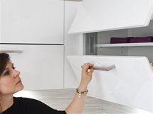 Architektka Slávka Dušová zkouší otvírání horních skříněk