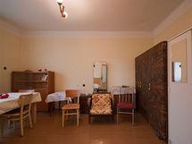 Pokoj sloužil babičce jako ložnice, jídelna i obývák