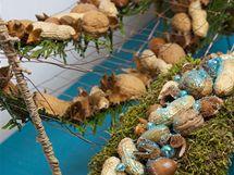 Na vánoční dekoraci stačí různé oříšky, tyrkysová barva, drát a trochu mechu