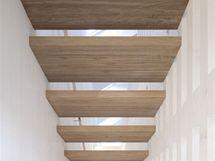 Schodiště osvětlují nízkoenergetická kyvná střešní okna Velux, plastová s dřevěným jádrem