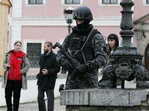 Relikviář svatého Maura se stěhoval z Bečova do Prahy za asistence jednotky Útvaru rychlého nasazené (URNA).