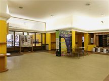 Současná podoba foyer v olomouckém kině Metropol, které však v budoucnu nahradí kavárna.