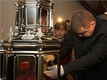 Farář olomoucké katedrály sv. Václava Ladislav Švirák ukládá ostatky sv. Pavlíny do zrekonstruovaného relikviáře, který představí Muzeum umění v rámci velkolepé výstavy Olomoucké baroko letos od 2. prosince.
