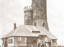 Na Králickém Sněžníku vyrostla horská chata a vyhlídková věž na pozemku, který poskytli Lichtenštejnové kolem roku 1907. Komunisté nechali obojí zchátrat.