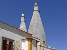 Typické komíny královského paláce v Sintře