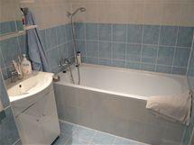Koupelna je spojená s toaletou. Vana je původní