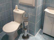 Toaleta je spojená s koupelnou
