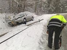 Auto v Praze-Zbraslavi narazilo do telefonního sloupu.