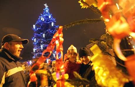 Vánoční strom v Jihlavě zdobí přes půl kilometru světelných řetězů a 72 svítících i nesvítících ozdob.