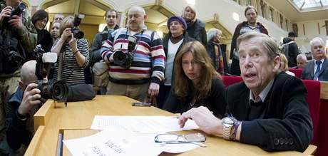 V�clav Havel p�ed ustavuj�c�m zased�n�m zastupitelstva hlavn�ho m�sta Prahy. (30. listopadu 2010)