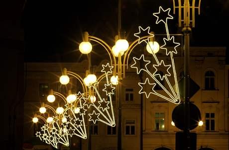 Svátečně osvětlené jsou i ulice v okolí náměstí.