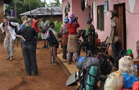 Přípravy na práci v terénu, Kamerun.