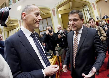 Zden�k T�ma (vlevo) a Karel B�ezina p�ed ustavuj�c�m zased�n�m zastupitelstva hlavn�ho m�sta Prahy. (30. listopadu 2010)