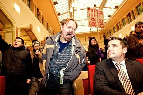 Jeden z demonstrantů křičí na Karla Březinu (vpravo) z ČSSD. (30. listopadu 2010)