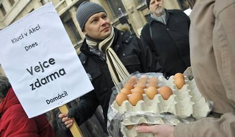 Na demonstraci proti koalici ODS a �SSD v Praze se rozd�vala zdarma vejce, aby mohli lid� i takto vyj�d�it, co si o nov� koalice mysl�.