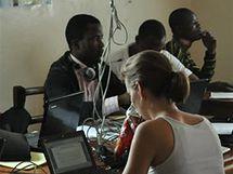 Práce v kanceláři ERuDeFu v Buee, v Kamerunu