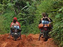 Cesta na motorkách do Nkongu, Kamerun.