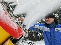 Miroslav Navrátil zasněžuje vrch Čeřínek na Vysočině. Začíná lyžařská sezona.