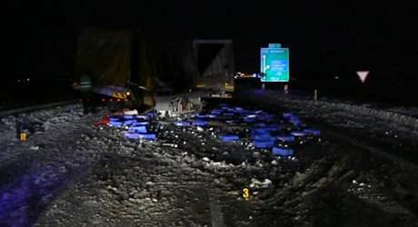 Po havárii kamionů na zasněžené dálnici D5 se rozsypal z jednoho z nich náklad