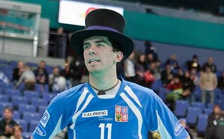 Tomáš Sladký v cylindru pro nejlepšího hráče utkání proti Itálii