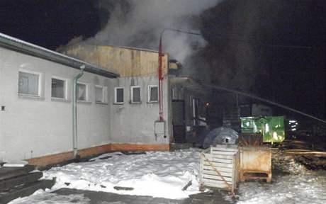 Požár loupárny cibule v Rohatci hasiče zaměstnal až do pozních nočních hodin. (6. prosinec 2010)