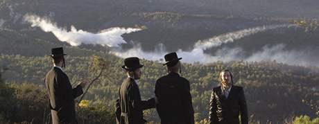 Ortodoxní židé sledují hašení požáru v pohoří Karmel (5. prosince 2010)