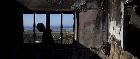 Izraelec kontroluje škody, které napáchal v jeho domě požár, jenž se rozhořel v pohoří Karmel (5. prosince 2010)