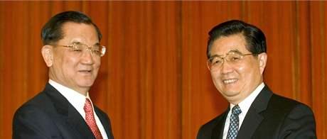 Lien Čan (vlevo) s čínským prezidentem Chu Ťin-tchaem (16. dubna 2006)
