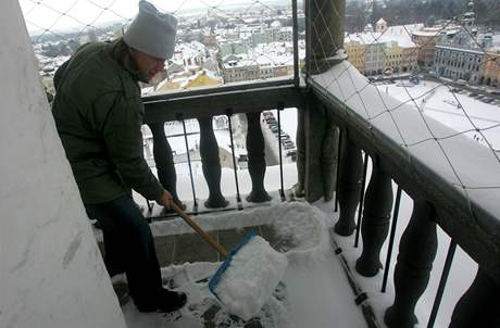 Správce Jan Vančura odklízí sníh z ochozu věže.