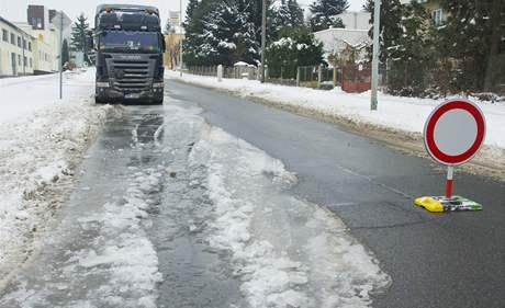 Část Hřbitovní ulice v Plzni na Doubravce je kvůli prasklému vodvodnímu potrubí uzavřena.