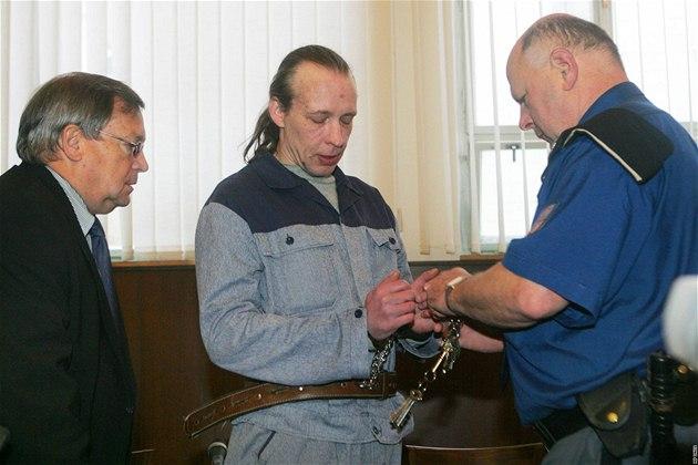 Ob�alovaného Steinbauera p�ivezla k soudu v�ze�ská eskorta, na snímku je ob�alovaný s advokátem Miroslavem K�í�eneckým.